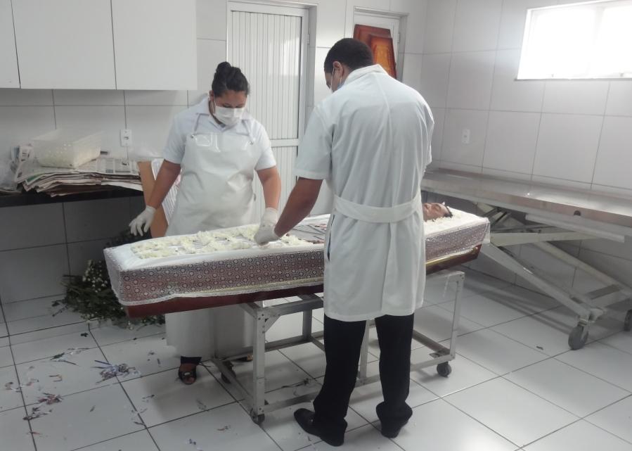 Conheça a rotina difícil do tanatopraxista, o preparador de corpos para velórios